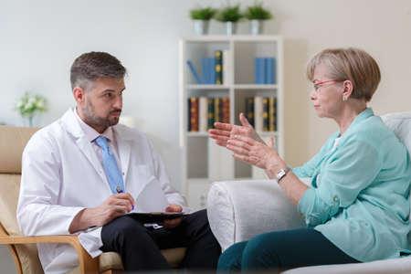 terapia psicologica: Imagen de psiquiatra escucha de su paciente con depresión Foto de archivo