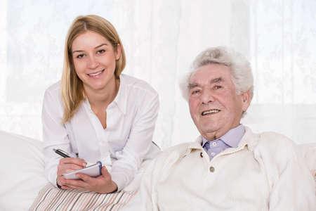 persona de la tercera edad: Retrato de asistente de cuidado y el hombre más viejo Foto de archivo