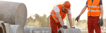 Panorama de trabajadores de la construcción a rodar círculo concreto