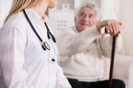 personas trabajando en oficina: Jóvenes mujeres médico el diagnóstico de discapacidad superior al hombre Foto de archivo