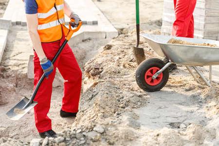 obrero: Primer plano de trabajador físico que trabaja en una obra en construcción