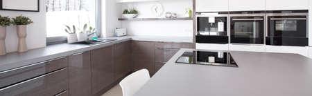 splendide: Moderne et magnifique �le de cuisine dans la maison Banque d'images