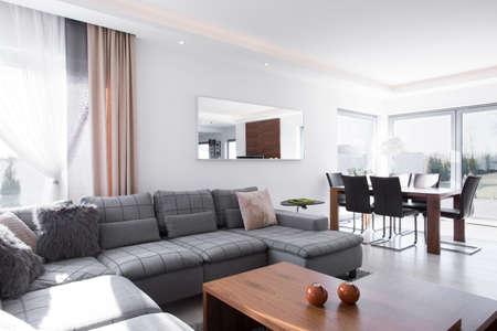Zonnige en lichte woonkamer in het huis