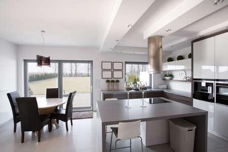 モダンなと明るいキッチン ダイニング ルーム付け 写真素材 - 42995082