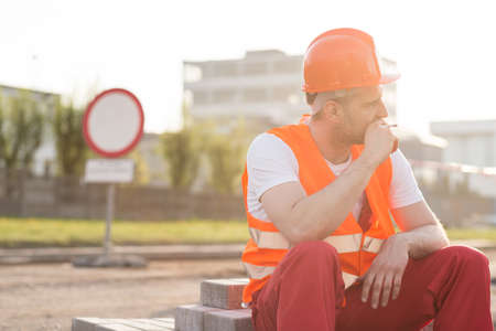 obrero: Física cigarrillo obrero fumar en el lugar de la construcción Foto de archivo