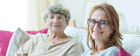 ancianos felices: Cuidador dama Elder está disfrutando de su trabajo