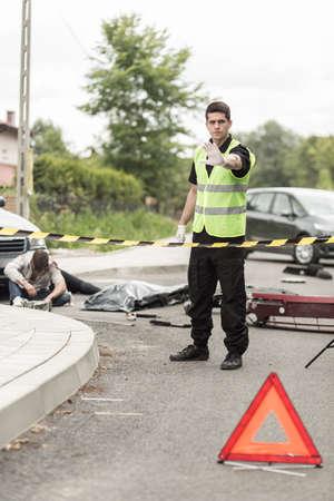 crime scene: Vista vertical de policía en la escena del accidente de tráfico