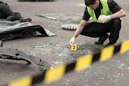 investigacion: El policía durante la investigación en el área de accidentes de tráfico Foto de archivo