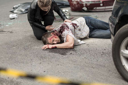 Toter Mann nach Autounfall und hingestreckt Fahrer Standard-Bild - 43028809
