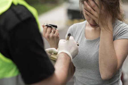 manejando: Programa piloto femenino causar un accidente en la carretera Foto de archivo