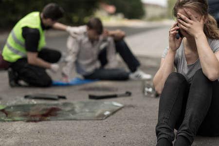 mujer llorando: Desesperación piloto femenino joven después de accidente de tráfico