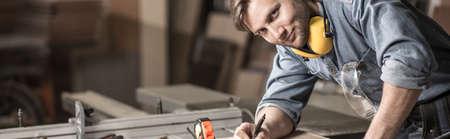 techniek: Jonge timmerman is van plan nieuw meubilair Stockfoto