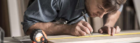 menuisier: Carpenter est la conception d'un nouveau mobilier Banque d'images