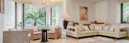Útulný a slunný obývací pokoj v domě Reklamní fotografie