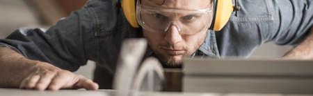 carpintero: Carpintero joven está trabajando muy duro en su taller