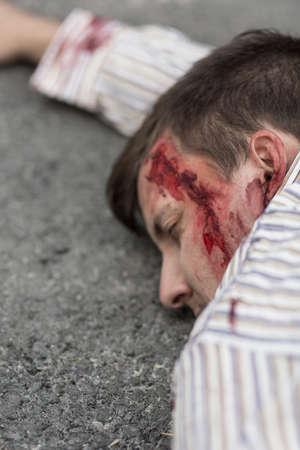 Slachtoffer van terroristische aanslag die op de straat Stockfoto
