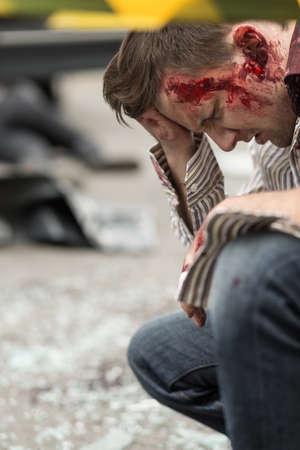 hemorragias: Imagen del hombre con sangre después de accidente de tráfico