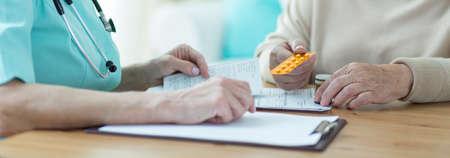 consulta médica: Pensionista de casa de retiro está visitando a su médico