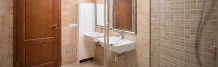 cabine de douche: Vue panoramique sur la cabine de douche et deux lavabos Banque d'images