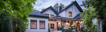 iluminados: Vista panorámica sobre la casa de lujo desde fuera Foto de archivo