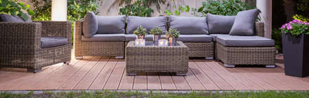 庭のテラスで贅沢な枝編み細工品の家具のセット