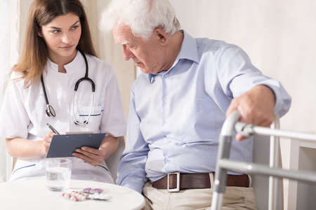 uniformes de oficina: Medicamento de prescripci�n Profesional para el hombre anciano discapacitado