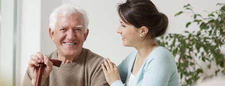 幸せな祖父と孫娘の時間を一緒に過ごす