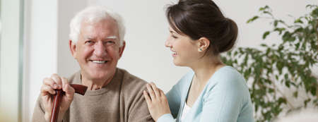 ancianos felices: Abuelo y nieta felices de pasar tiempo juntos