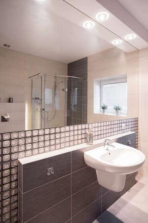 https://us.123rf.com/450wm/bialasiewicz/bialasiewicz1508/bialasiewicz150800004/48385114-bagno-moderno-con-piastrelle-a-mosaico-specchio-e-lavabo-in-ceramica.jpg?ver=6