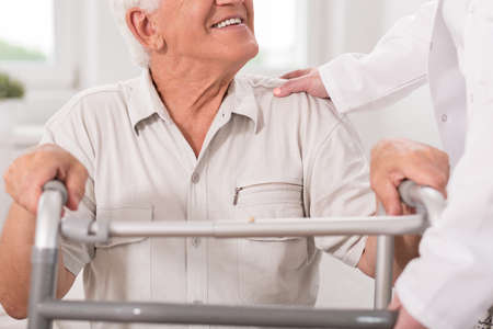 Nahaufnahme der lächelnden älteren Mann mit Walking Zimmer Standard-Bild
