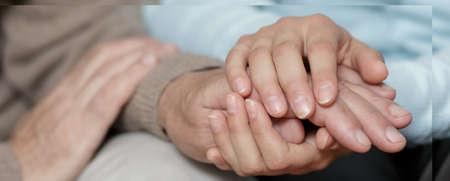 apoyo familiar: Vista horizontal de preocuparse por persona mayor