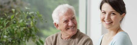 笑顔の祖父と思いやりのある孫娘 - パノラマ
