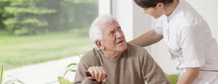 haushaltshilfe: Krankenschwester hilft Senior Mann in Ruhe zu Hause Lizenzfreie Bilder