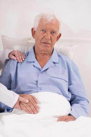 hospitalisation: Portrait d'un homme �g� lors de l'hospitalisation sur service de g�riatrie