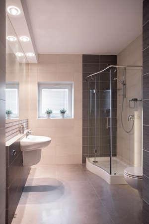 ceramiki: Przestronny nowoczesna łazienka z prysznicem i małym oknie Zdjęcie Seryjne