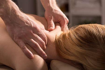 massieren: R�ckenmassage, die Verspannungen und Schmerzen reduziert