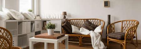 muebles de madera: Panorama de la mesa de mimbre elegante situado en interior contemporáneo