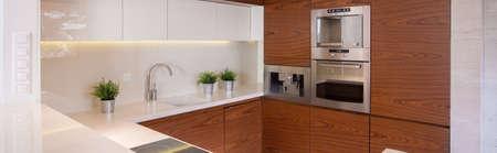 装飾的な木の模造のタイルでスタイリッシュなキッチンのパノラマ 写真素材