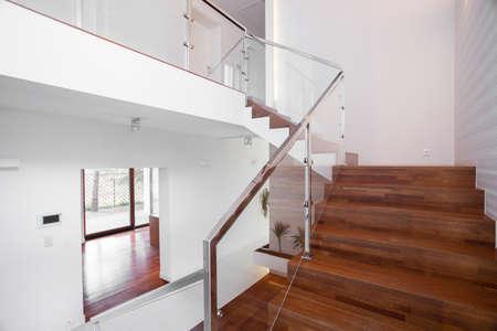 escalera: Imagen de escaleras de madera sólida con elegante balaustrada de vidrio Foto de archivo