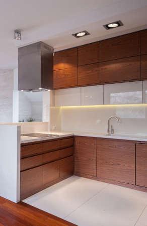新しいデザインの機能的なキッチン インテリアのイメージ