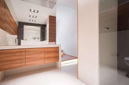 Afbeelding van een ruime badkamer met decoratieve houten imitatie tegel Stockfoto
