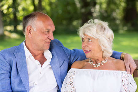 ancianos felices: Retrato de pareja de ancianos amorosa en el parque