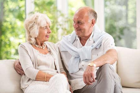 Pares mayores que el romance en la vejez Foto de archivo