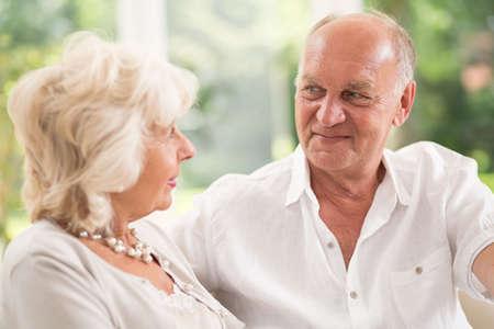 vejez feliz: Vista horizontal de la feliz pareja hablando alto Foto de archivo