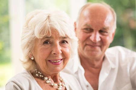 echtgenoot: Aantrekkelijke hogere vrouw en haar liefhebbende echtgenoot