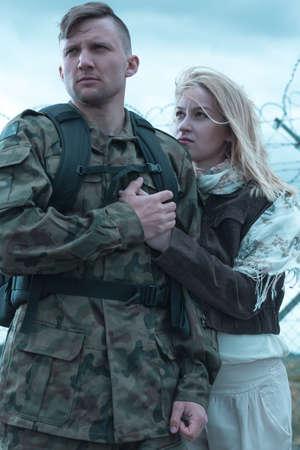 Esposas: Imagen de soldado ucraniano ir a la guerra