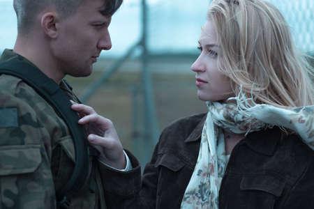 若い美容女性と兵士の別れ
