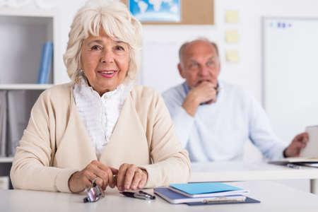 tercera edad: Dos personas mayores están Learninig en la universidad de la tercera edad