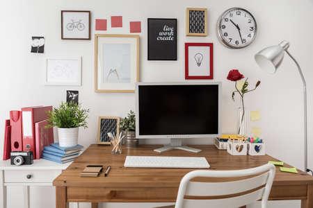 oficina: Espacio de trabajo de dise�o moderno con la computadora de escritorio blanco
