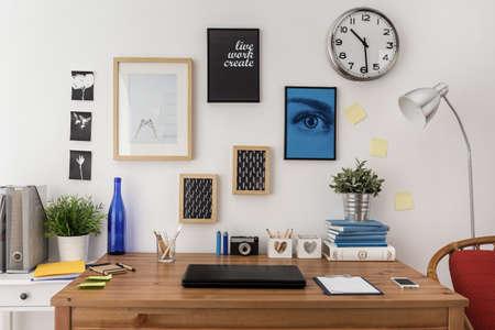 psací stůl: Laptop na stole v moderní kanceláři Reklamní fotografie